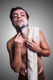 Sexig man som rakar hans skägg Arkivbild