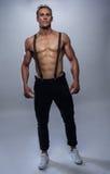 Sexig manlig modell med hänglsen royaltyfri bild