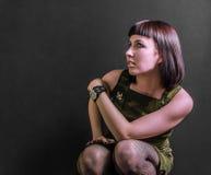 Sexig militär flicka i huka sig ned position Arkivfoto