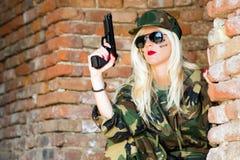 Sexig militär kvinna med vapnet Arkivfoton