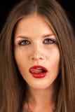 Sexig modeflicka med röd läppstiftaning hennes kanter Arkivbilder