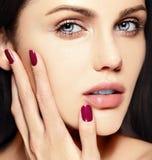 Sexig modell med perfekt hud för rengöring med ingen makeup Royaltyfri Fotografi