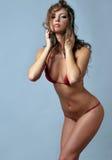 Sexig modell som poserar i röd bikini Fotografering för Bildbyråer