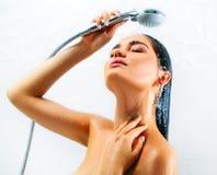 Sexig modellflicka för skönhet som tar duschen royaltyfri foto
