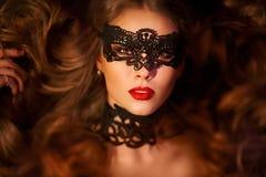Sexig modellkvinna i den venetian maskeradkarnevalmaskeringen Royaltyfria Bilder