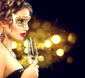Sexig modellkvinna med exponeringsglas av champagne Fotografering för Bildbyråer