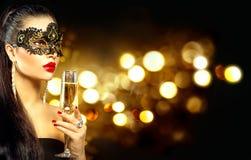 Sexig modellkvinna med exponeringsglas av champagne Royaltyfri Bild