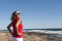 Sexig mogen kvinna som poserar på sjösidan Fotografering för Bildbyråer