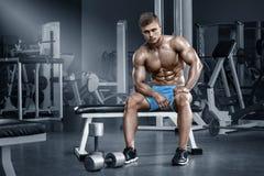 Sexig muskulös man i idrottshall som utarbetar, format buk- Stark manlig naken torsoabs royaltyfri fotografi