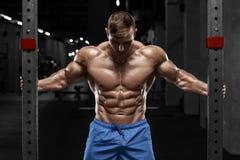 Sexig muskulös man i idrottshallen, format buk- Stark manlig naken torsoabs som utarbetar royaltyfri bild