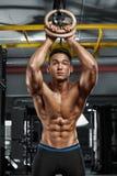 Sexig muskulös man som poserar i idrottshallen, format buk- Stark manlig naken torsoabs som utarbetar royaltyfria bilder