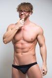 Sexig muskulös manlig modell som bär i exponeringsglas royaltyfri fotografi