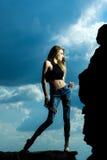Sexig nätt flicka över solig himmel Arkivfoton