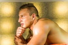 Sexig naken ung man på säng royaltyfria foton