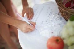 Sexig och attraktiv för par sätta för barn, undertecknar in förbindelsecert Arkivbild