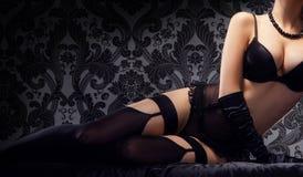 Sexig och härlig kvinna för barn, i underkläder i sängen Arkivbild