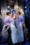 Sexig passion mellan bruden och brudgummen Arkivbilder