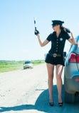 Sexig poliskvinna på vägen Fotografering för Bildbyråer