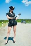 Sexig poliskvinna på vägen Royaltyfri Fotografi
