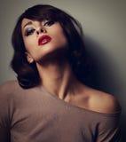 Sexig posera kvinna i blus med stil för kort hår på mörk backgr Royaltyfri Fotografi