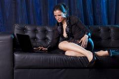Sexig pratstund - attraktiv kvinna som använder bärbar datordatoren royaltyfri fotografi