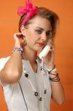Sexig retro flicka med telefonen Arkivbild