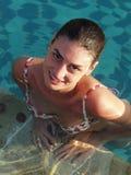 sexig simningkvinna för pöl royaltyfri bild