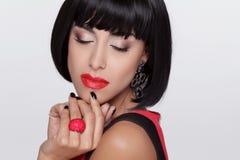 Sexig skönhetbrunettkvinna med röda kanter. Makeup. Stilfull frans Royaltyfri Fotografi