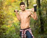 Sexig skogsarbetare i skog royaltyfri bild