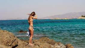 Sexig slank flicka på det blåa havet