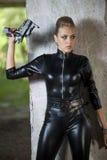 Sexig spion i läderklänning Royaltyfria Foton
