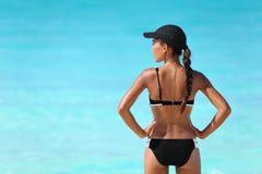 Sexig sportig bikinikvinna på sommarstrandsemester Fotografering för Bildbyråer