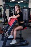 Sexig sportig kvinna som gör maktkonditionövning på sportidrottshallen Härlig flicka som utarbetar i idrottshall Royaltyfri Fotografi