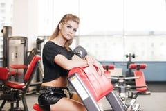 Sexig sportig kvinna som gör maktkonditionövning på sportidrottshallen Härlig flicka som utarbetar i idrottshall Royaltyfria Bilder