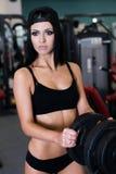 Sexig sportig kvinna som gör maktkonditionövning på sportidrottshallen Härlig flicka som utarbetar i idrottshall Royaltyfri Bild