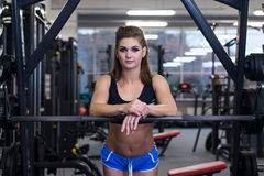 Sexig sportig kvinna som gör maktkonditionövning på sportidrottshallen Härlig flicka som utarbetar i idrottshall Royaltyfri Foto