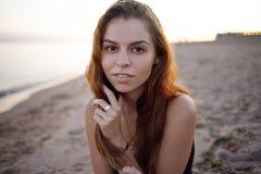 Sexig stående av en härlig redheaded flicka, utomhus Arkivfoto