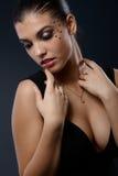 Sexig stående av kvinnan i utsmyckad makeup Arkivbild