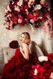 Sexig stilfull blond härlig kvinna på soffan Royaltyfri Foto