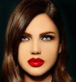 Sexig stilfull brunettmodell med ljusa kanter för perfekt hud Royaltyfri Bild