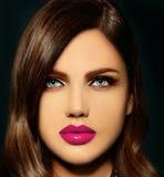Sexig stilfull brunettmodell med ljusa kanter för perfekt hud Arkivbild