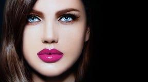 Sexig stilfull brunettmodell med ljusa kanter för perfekt hud Arkivfoto