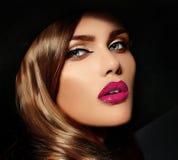 Sexig stilfull brunettmodell med ljusa kanter för perfekt hud Royaltyfria Bilder