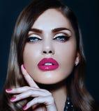 Sexig stilfull brunettmodell med ljusa kanter för perfekt hud Arkivbilder