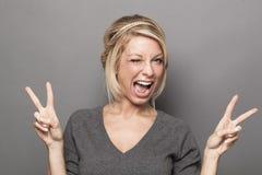 Sexig 20-talkvinna som blinkar och instämmer för fräckhet och gyckel Arkivfoton