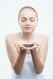 Sexig ung attraktiv kvinna med kaffebönor in royaltyfria bilder