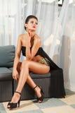 Sexig ung brunett med långa ben royaltyfria bilder