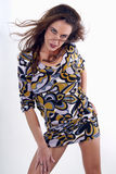 Sexig ung brunettkvinna som ha på sig en klänning Royaltyfria Foton