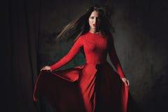 Sexig ung dam, i att fladdra den röda klänningen Royaltyfri Fotografi