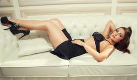 Sexig ung flicka i en kjol och en behå Royaltyfria Bilder